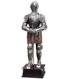 Natürliche Rüstung und Schwert mit eingraviertem Silber in den Händen