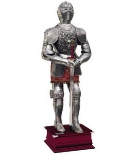 Armadura natural plateada con grabados, traje granate y espada entre las manos