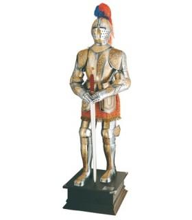 Armadura natural plateada con grabados dorados y espada entre las manos