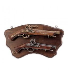 Panoplia de madera con pistolas antiguas