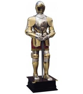Armadura natural plateada y dorada con grabados, traje granate y espada entre las manos