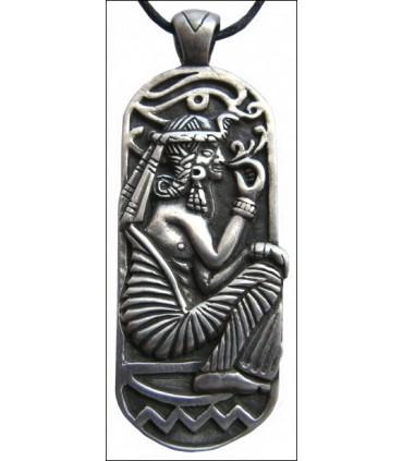 Colgante egipcio sentado